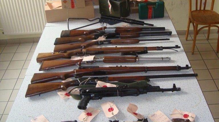 Une vingtaine de fusils, d'armes de poing et d'armes de guerre.