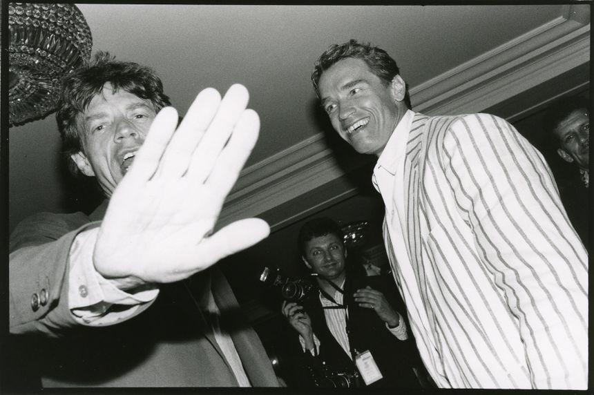 "Jagger et Schwarzy, photo de Jean Pigozzi, ""Mick Jagger et Arnold Schwarzenegger"", Hôtel du Cap, Antibes, 1990. - Centre Pompidou de Metz"