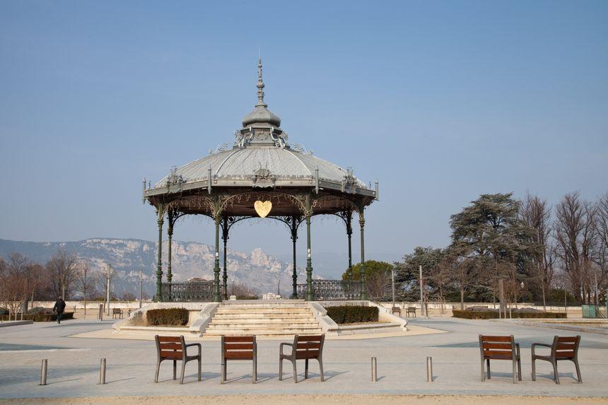 Le kiosque de Valence rendu célèbre par Peynet et ses amoureux - Fotolia.com