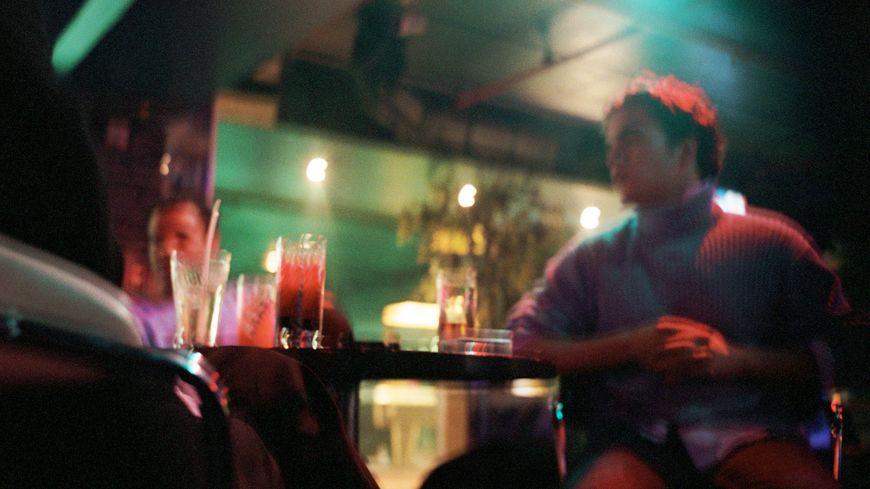 Un jeune homme dans un bar (illustration).
