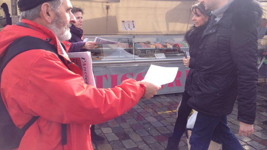 Les militants NPA- Rouges Vifs en pleine distribution de tracts sur le marché des Chartrons à Bordeaux