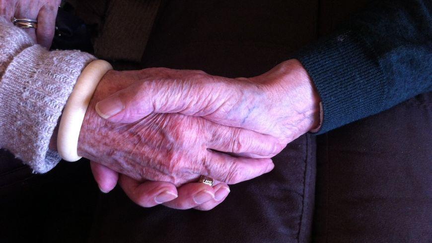 Simone et Jean, mariés depuis 70 ans, vivent dans un appartement a la maison de retraite de Saint-Benoit