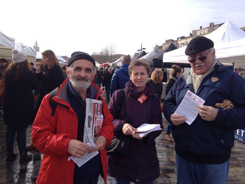 Les militants NPA- Rouges Vifs en pleine distribution de tracts sur le marché des Chartrons à Bordeaux - Radio France