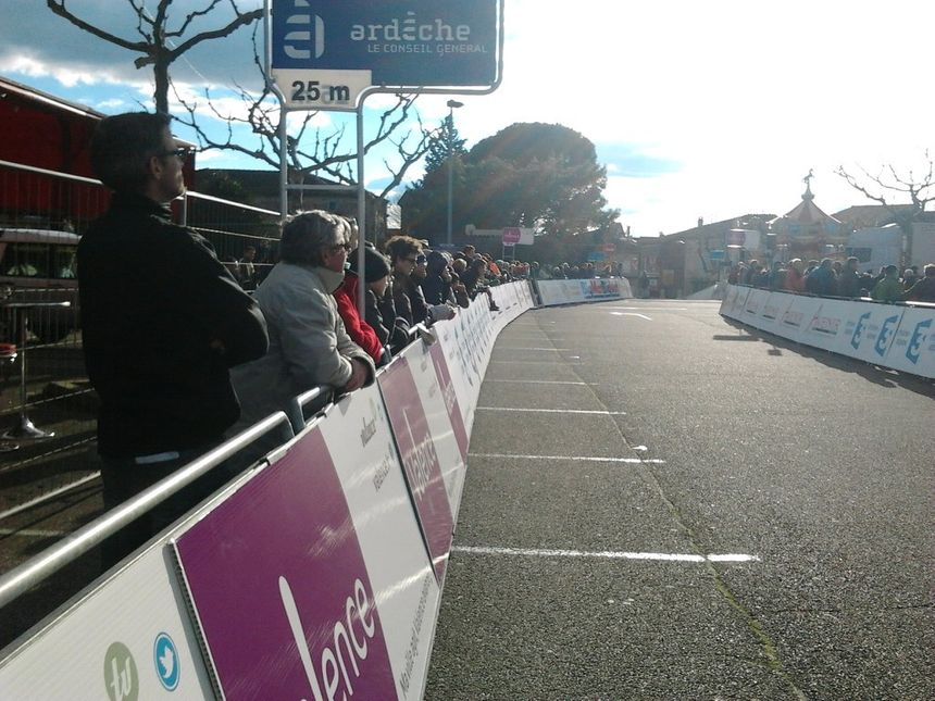 La victoire de Florian Vachon aux Boucles Drôme Ardèche à Ruoms le 1er mars 2014. - Radio France