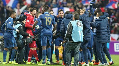 Les Bleus après leur qualification au Mondial 2014 au Stade de France