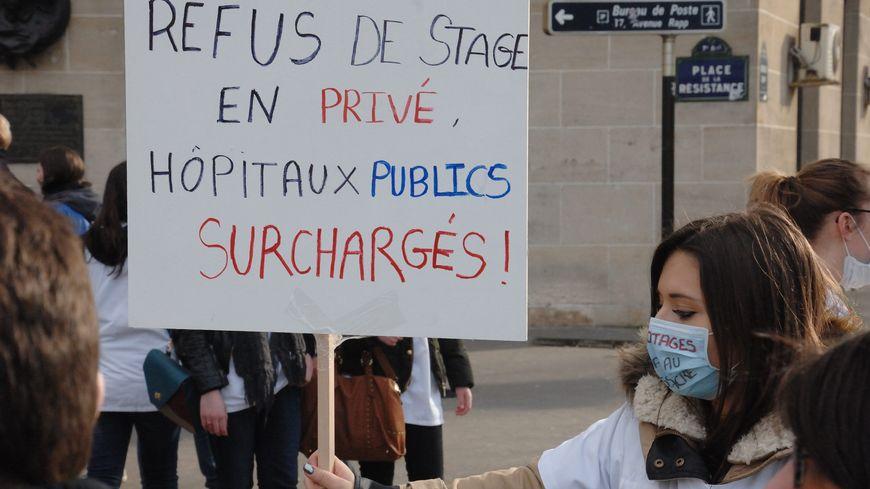 Les étudiants avaient manifesté contre ce refus du privé de les accueillir