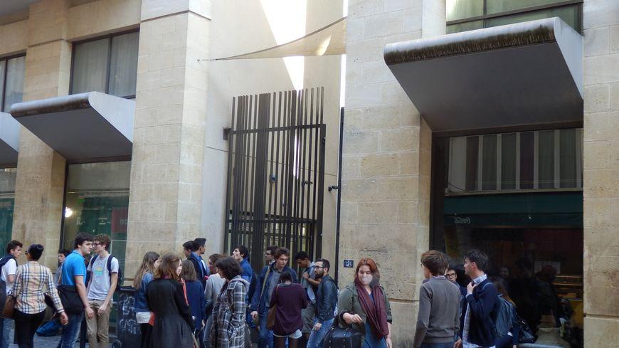 Devant le lycée Michel de Montaigne à Bordeaux, des jeunes parlent de leur futur premier vote aux élections municipales.