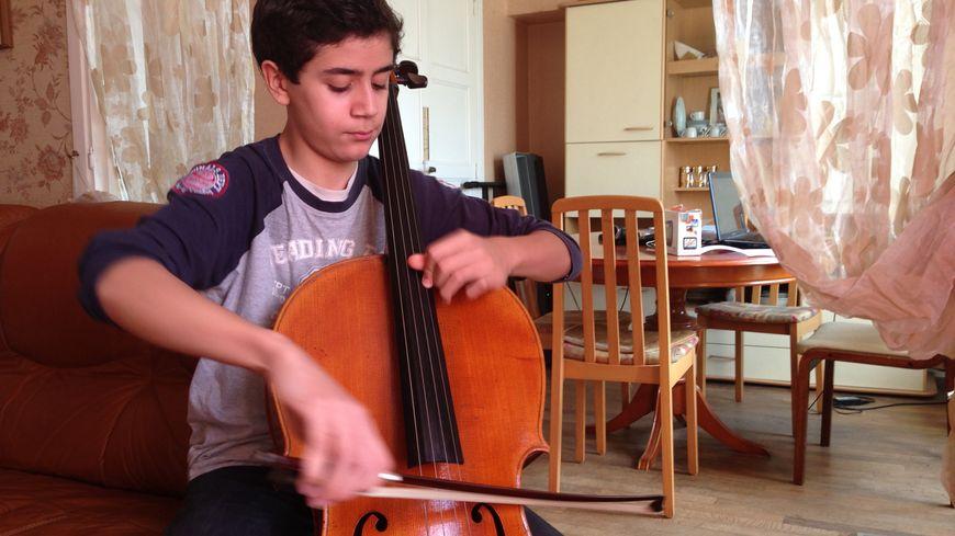 Yanis Boudris, jeune violoncelliste blésois de 15 ans.
