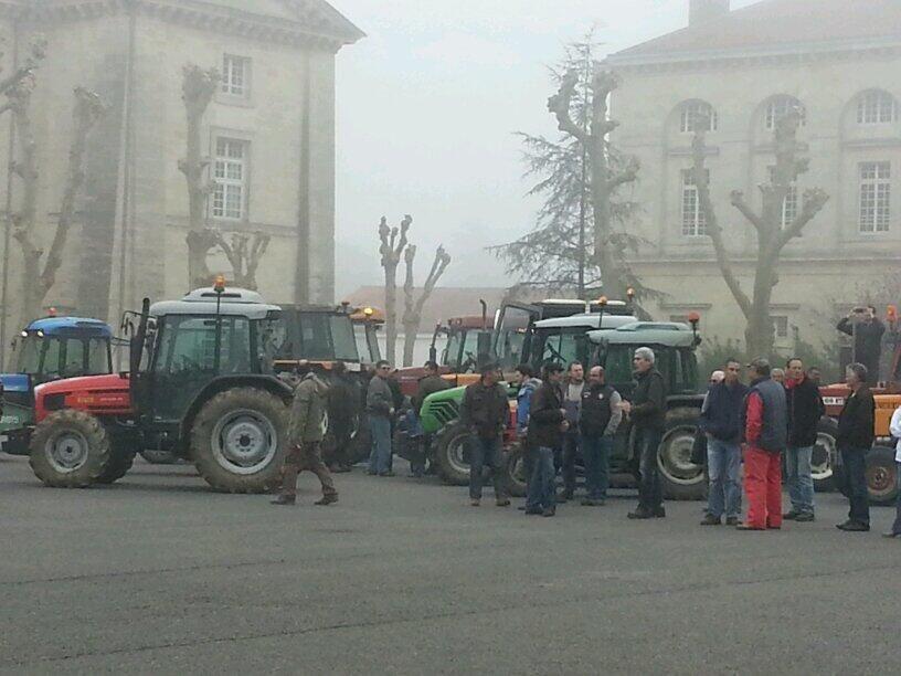 Le cortège de tracteurs arrive à Libourne. - Radio France