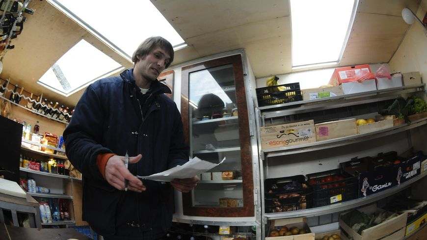 Benjamin Rosoux dans son épicerie mobile à Tarnac, en 2010.