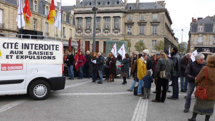 Plusieurs associations se mobilisent contre la fin de la trêve hivernale place de la Victoire à Bordeaux
