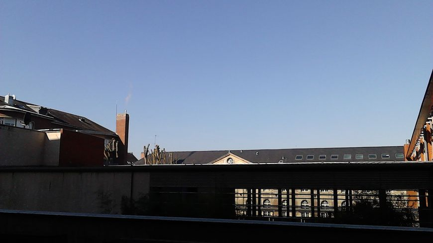 Un ciel sans nuage, ici au dessus du collège Amiral-Lejeune, à Amiens, rare pour la saison.