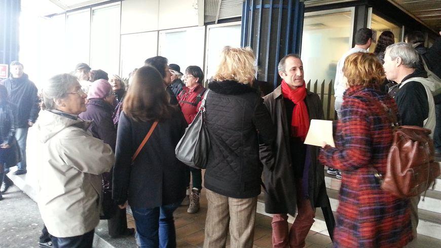 Les associations de soutien aux SDF rassemblées devant la préfecture, à Bordeaux