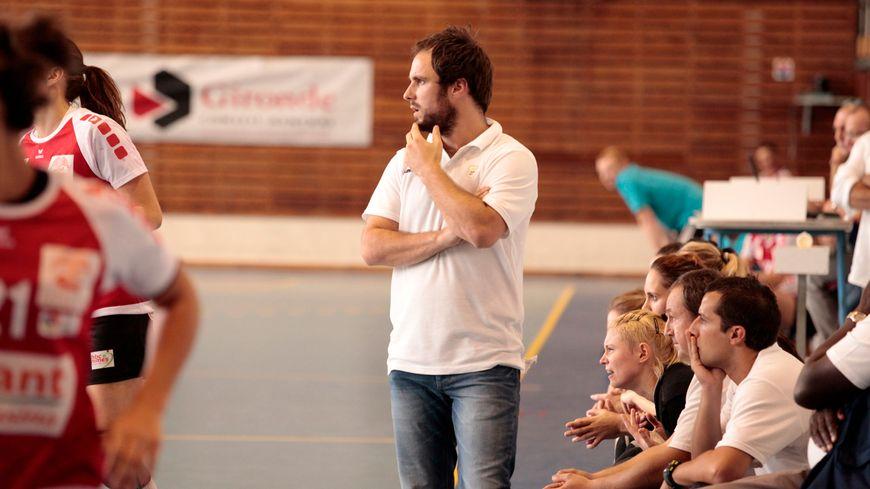 L'entraîneur de l'UMB-B Emmanuel Mayonnade lors du match face à Nîmes.