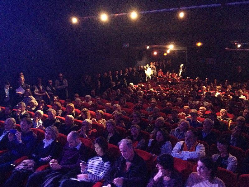 Le cinéma Casino de Vence affiche complet pour le débat des municipales - Virginie Lorda / Radio France