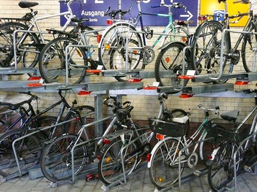À la gare, système de rangement superposé de vélos - Radio France