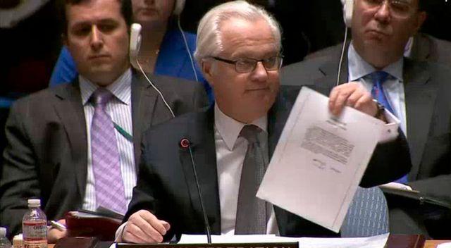 italy Churkin, l'ambassadeur russe à l'ONU montre la lettre de Ianoukovitch à Poutine