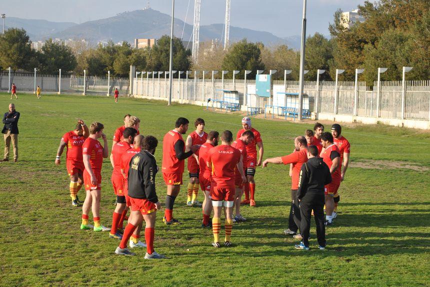 Les avants de l'USAP à l'entraînement sur la pelouse du club de l'Hospitalet - Radio France - Cyrille Manière