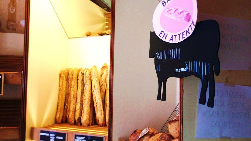 Baguettes en attente à la boulangerie EmiNico de La Croix en Touraine.
