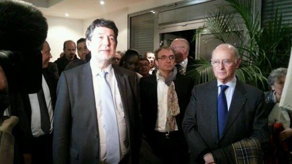 Alain Anziani et son prédecesseur Michel Sainte-Marie à la Maison des associations de Mérignac, après l'annonce des résultats.