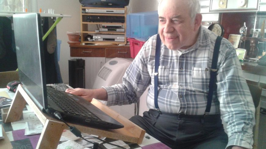 Maxime devant son ordinateur portable