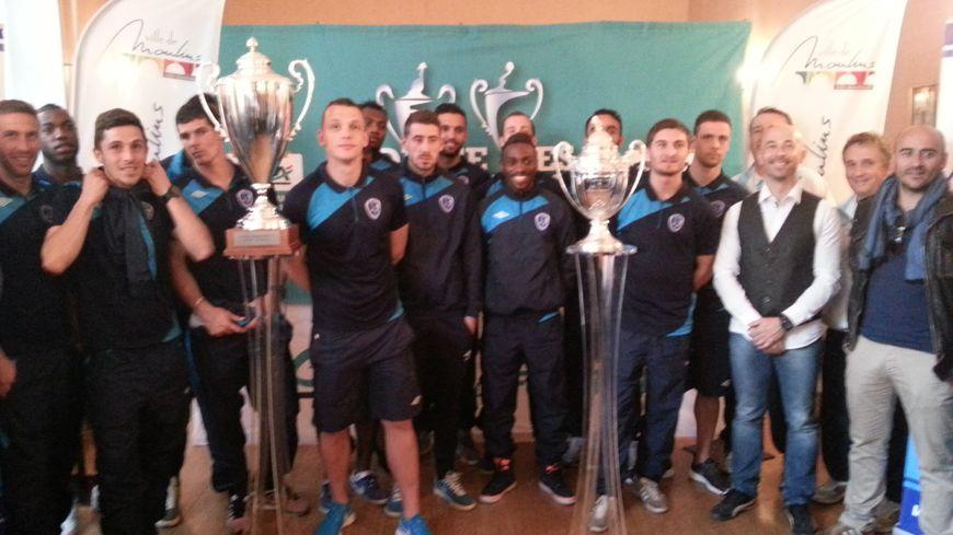 L'équipe de l'AS Moulins avec la Coupe de France et la Gambardella.