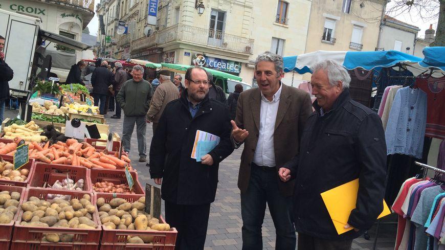 Les trois candidats, hier, sur le marché de Loudun : Pierre Lantier, Elefthérios Benas et Joël Dazas.