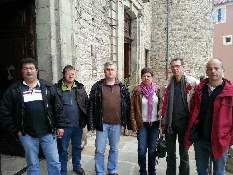 Les représentants du personnel de GL Bijoux entrent au tribunal de commerce d'Aubenas le 25 mars 2014.  - Radio France