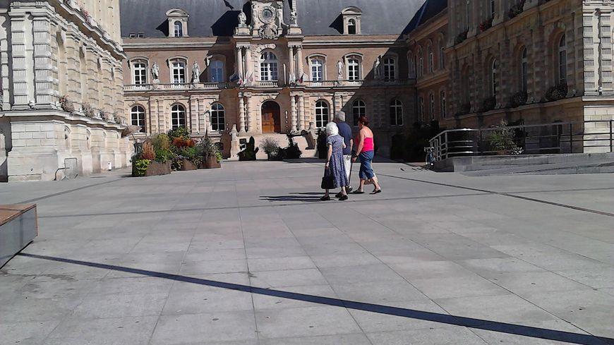 L'arrivée de nouveaux locataires à l'Hôtel de Ville d'Amiens crée forcément un flou pour les agents municipaux.
