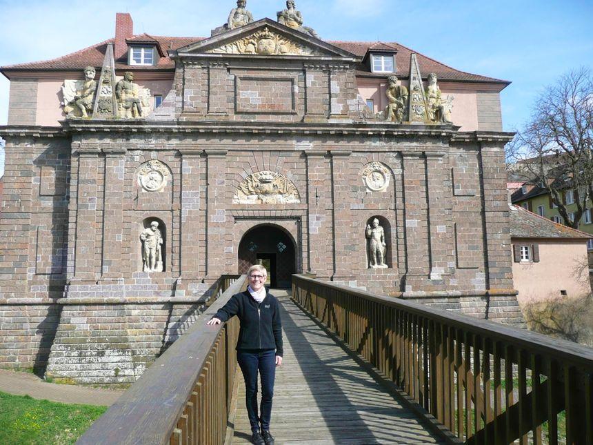 Beate Schätzle devant le musée de Breisach - Radio France