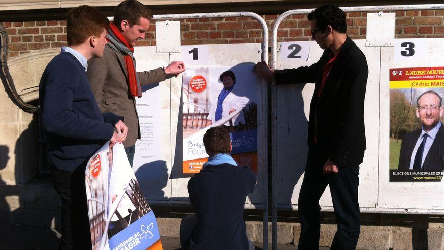 La campagne des municipales a été officiellement lancée lundi 10 mars, et avec elle, la mission de collage d'affiches.
