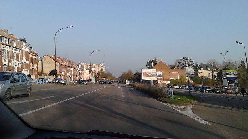 Le ciel d'Amiens présente un bleu douteux. La faute à la nappe de pollution, ici boulevard de St-Quentin.