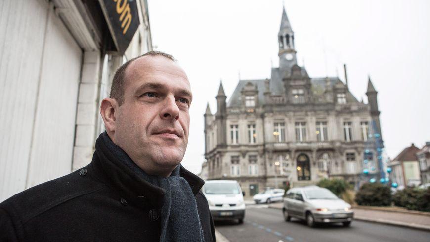 Steeve Briois devant la mairie d'Hénin-Beaumont