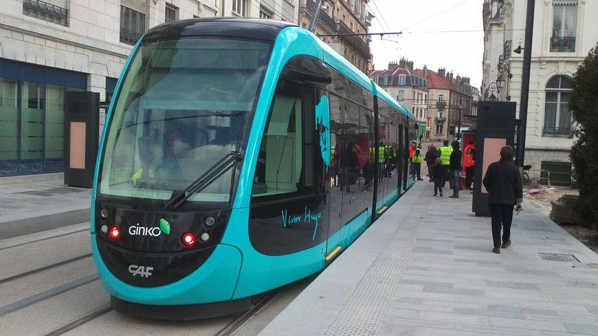 Le tramway à la station Parc Micaud