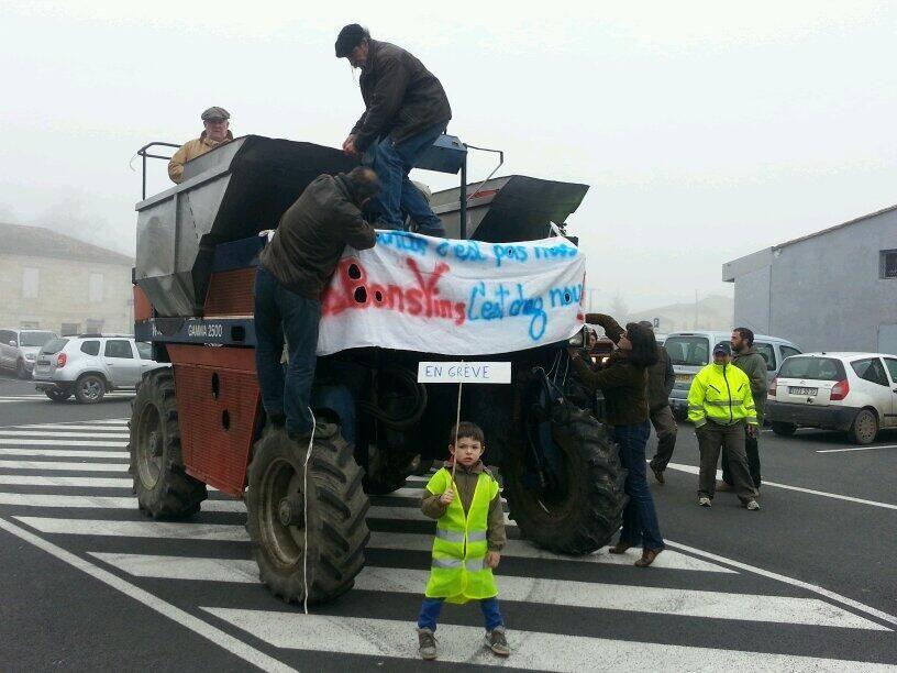 Le convoi de tracteurs à Branne - Radio France