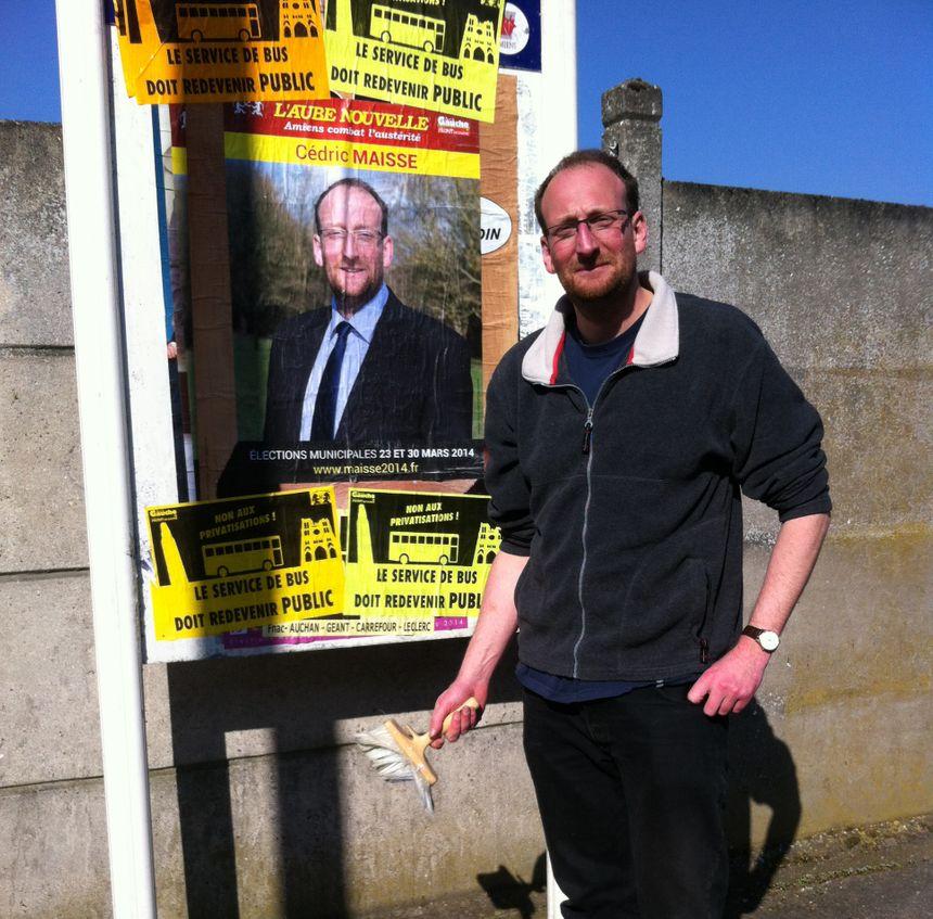 Le candidat communiste Cédric Maisse s'auto-affiche dans les rues d'Amiens. - Radio France