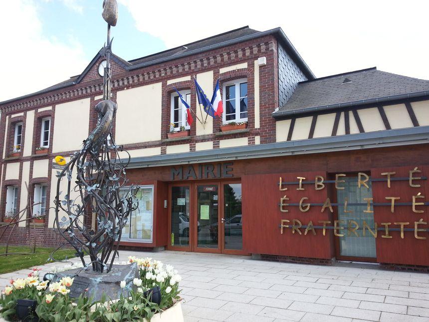 La mairie de Roncherolles-sur-le-Vivier. Au premier plan, une sculpture de José Torres, le père de Pierre.  - Jordan Chantier - Radio France