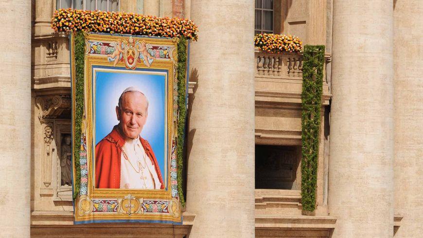 Le portrait de Jean-Paul II accroché sur la basilique Saint-Pierre pour la béatification du pape