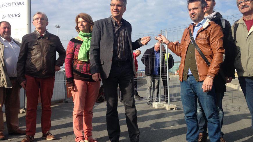 Elus et militants écologistes devant les grilles du chantier du virage du Nascar.