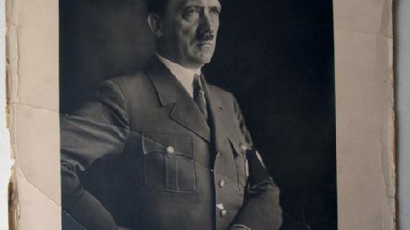 Portrait d'Adolf Hitler par Hoffman. Photographie en noir grand de marge, signée et située Berlin.