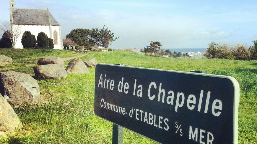 L'aire de la chapelle est située entre Etables-sur-mer et Saint-Quay-Portrieux