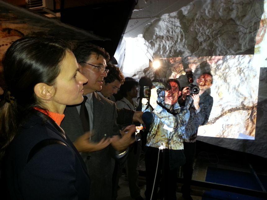 Aurélie Filippetti visite l'atelier de facs similés de Montignac - Radio France
