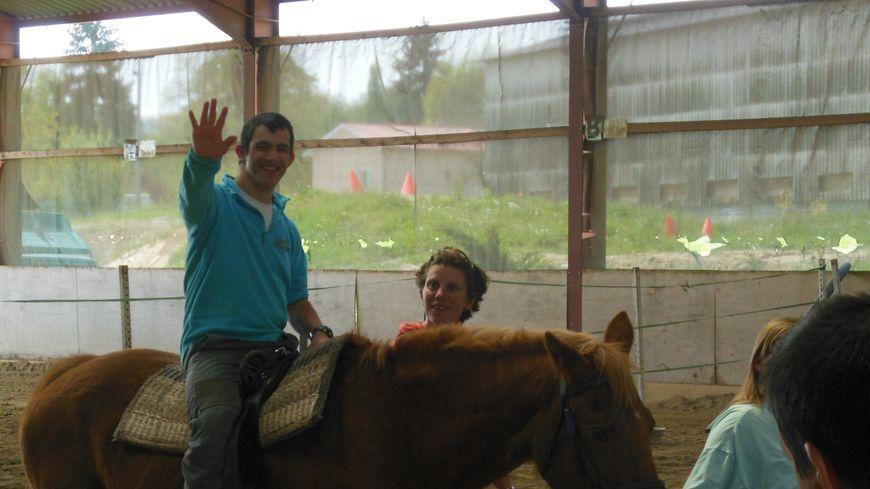 Moment d'apprivoisement mutuel entre David et son cheval à la Ferme Equestre de Faramans