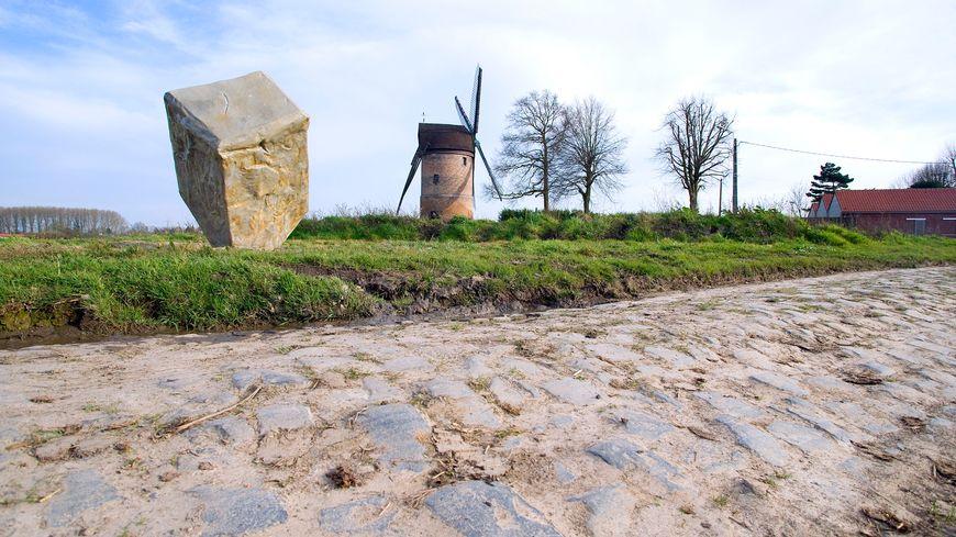 Paris-Roubaix, entrée du secteur pavé du Moulin de Vertain à Templeuve.