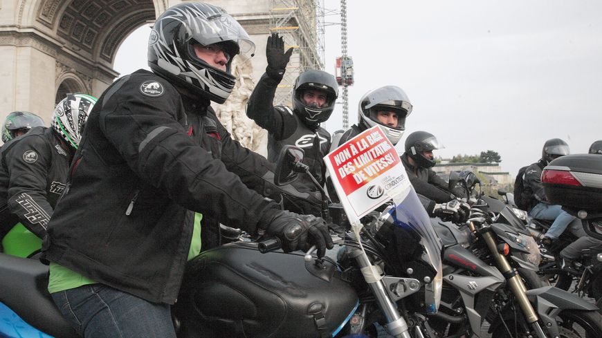 Manifestation des motards à Paris contre la limitation de vitesse à 80km/h sur les routes secondaires