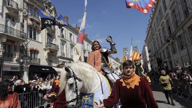 Jeanne d'Arc dans le cortège des fêtes johanniques à Orléans en 2012.