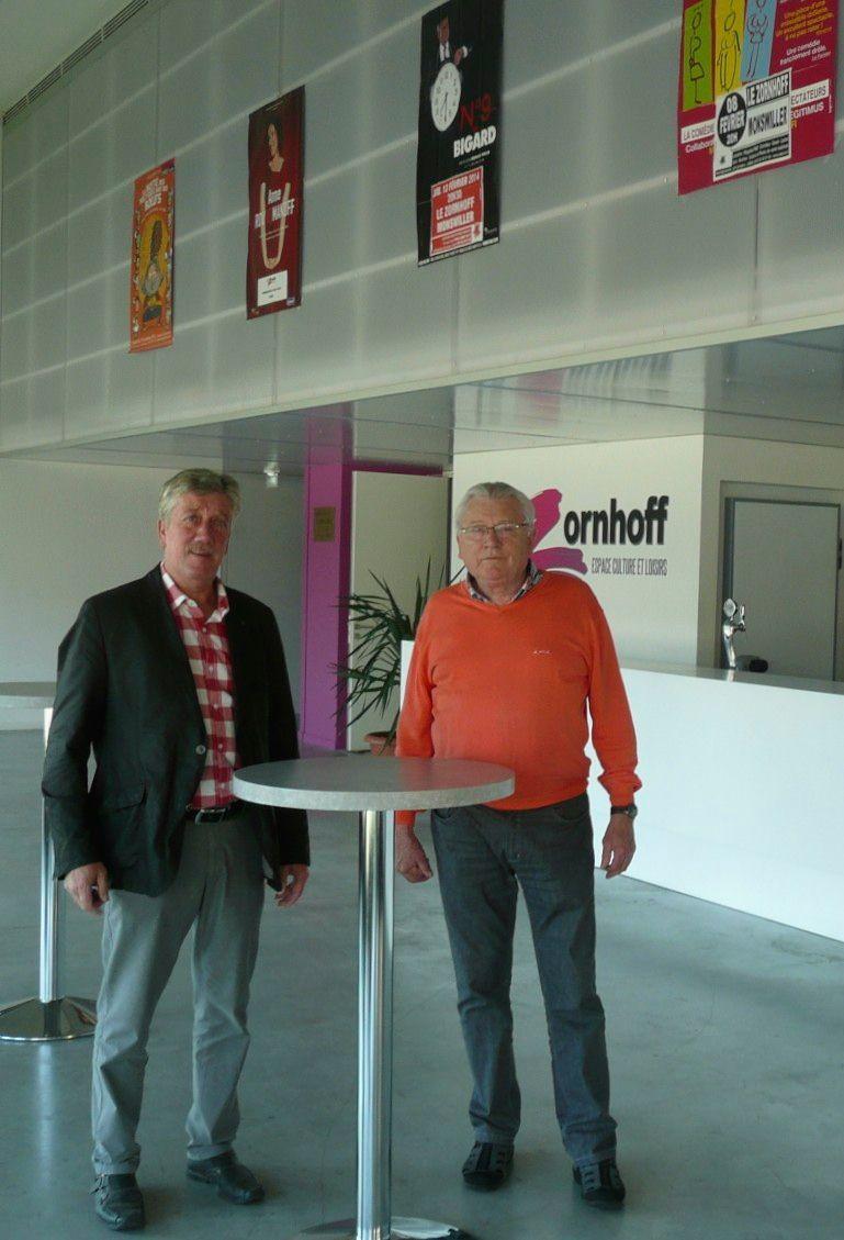 Monswiller, mr le maire et un adjoint dans le hall d'entrée du Zornhoff - Radio France