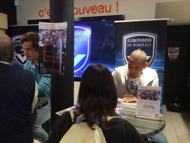Guillaume Hoarau en dédicace le mois dernier à la boutique Orange - Radio France