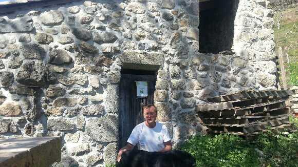 René Coste devant son moulin à St-Joseph-des-Bancs
