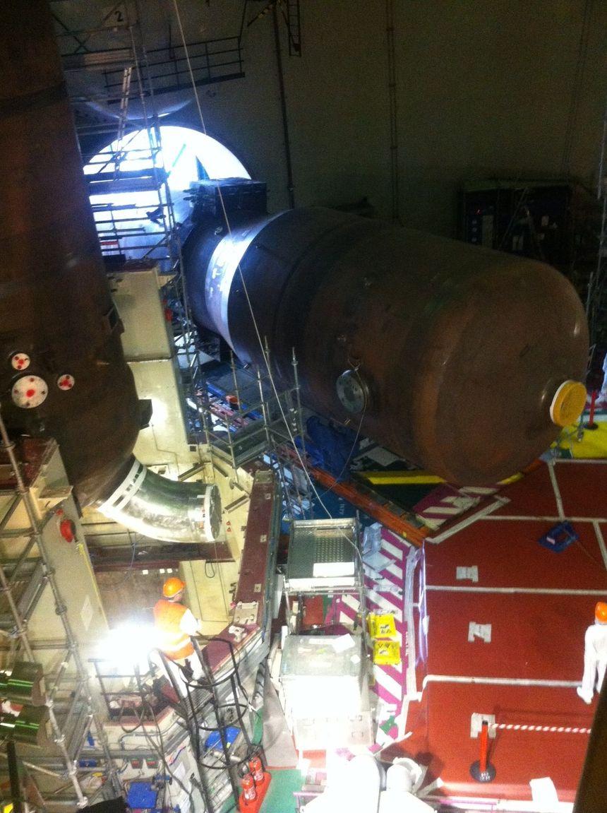 A droite, un générateur de vapeur déjà dans son emplacement; au sol, couché, un autre générateur attend d'être positionné - Radio France